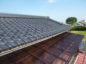2階の屋根瓦とテラスの屋根の葺き替えで全体が綺麗になりました。