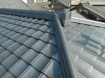 軽量瓦を使い、見違えるような綺麗な屋根にリフォーム完了です。