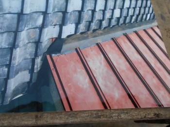継がれた谷板は一本物へと。割れた瓦も交換をし雨漏りの心配も解消です。