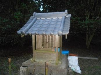 長年メンテナンスがされていなかった祠の屋根も、葺き替えにより見違えるように立派になりました。